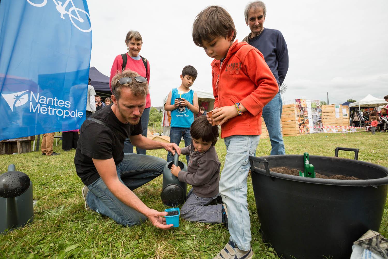 Collectif Dérive / semences de graines pour amorcer le projet de septembre qui consistera à planter ces pieds dans le quartier avec les habitants.                                Quartier Bottière, Nantes                   30 mai 2015