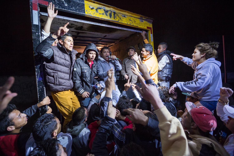 """Une soirée est organisée par el Tontin, surnommé """"El Rey del Wepa"""", en soutien au à la caravane """"Un Grito de Existencia"""". Le Wepa, c'est une soirée où est mixée de la cumbia avec des """"saludos"""" (dédicaces) des bandes présentes.                       San Luis Potosi, Mexique"""