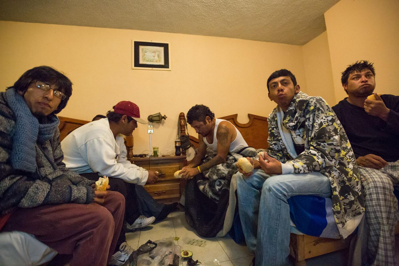 """A Saltillo, le groupe est hébergé en hotel. Ils sont en train de manger des sandwichs qu'on leur a offert, en regardant la télé. Ce repas de """"deux sandwichs"""" les accompagnera pendant tout le voyage, car économique. Saltillo, Coahuila, Mexique"""