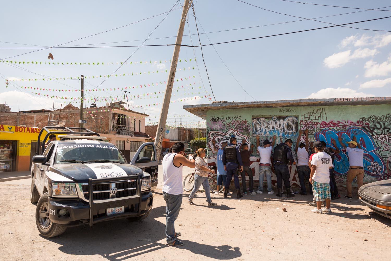 La caravane réalisait un clip de rap de la bande des 3B dans le quartier de la Rivera quand la Police Municipale a procédé à une fouille générale et trois arrestations.                                     Léon, Guanajuato, Mexique
