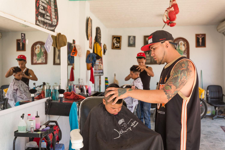Au quartier de la Rivera à Léon, la caravane a rencontré la bande des 3B. Ils se regroupent souvent dans le salon de coiffure de deux gars de la bande.