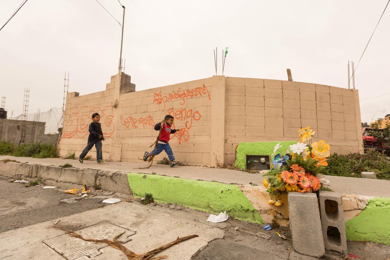 Dans le quartier Ojo de Agua à Saltillo, des enfants courent innocemment. Au même endroit, quelques mois plus tôt, un homme du quartier, charcutier, se fait abattre par un cartel à cet endroit précis. Tout le Mexique est victime de cette violence généralisée liée au narcotrafic.                                      Saltillo, Coahuila, Mexique.