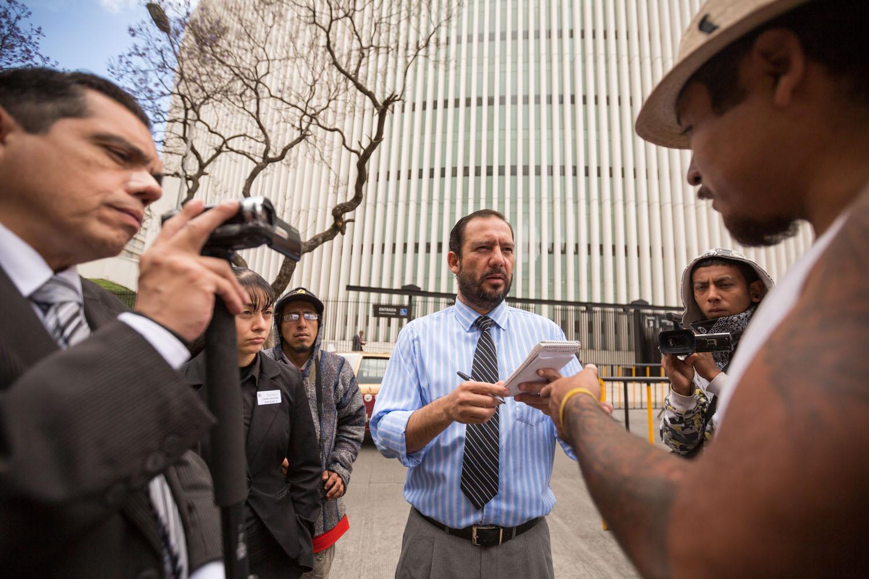 Interview de César Carrizales par différents médias devant le Sénat.                                    Mexico DF, Mexique.