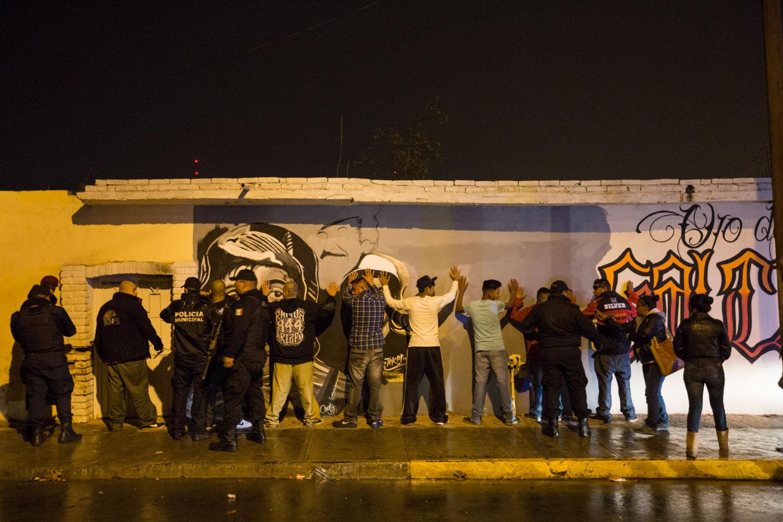 Saltillo, Coahuila, Mexique             Un contrôle de routine de la Police Municipale dans le quartier del Ojo de Agua à Saltillo. Le délit est d'être jeune et de traîner dans la rue. C'est l'essence même du combat mené par la caravane. Il s'agit de la troisième arrestation collective en deux jours.
