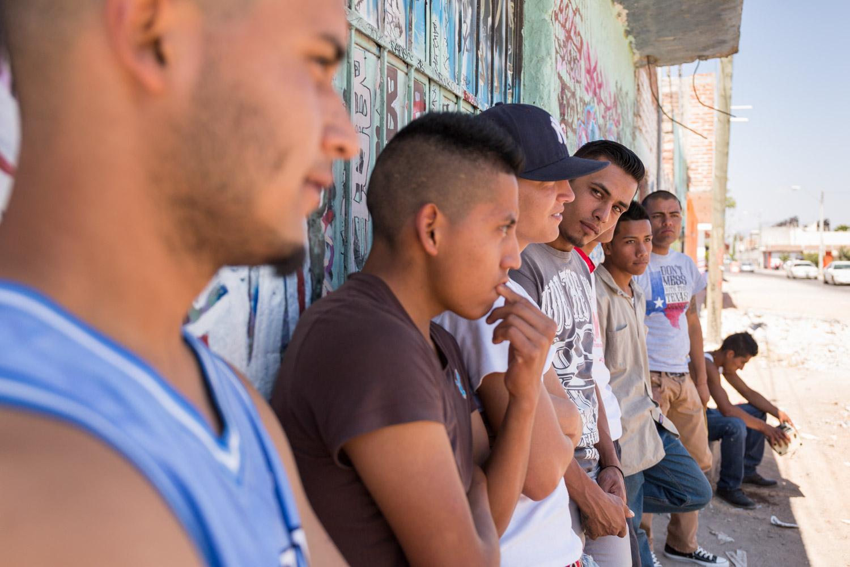 La bande des 3B avec qui nous avons tourné un clip de rap. Pendant le tournage, la Police a procédé à la fouille de toutes les personnes présentes et embarqué trois jeunes qui sniffaient du solvant.                     Léon, Guanajuato, Mexique