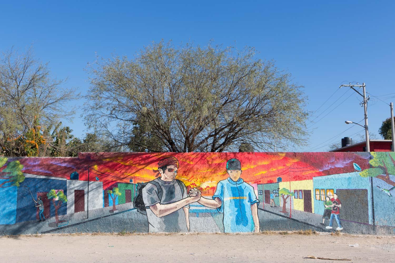 El Mijis worked more than a year as director of youth for La Pila district in San Luis Potosi capital. He led several social works with gangs, such as painting murals or odd jobs for the youth painting the houses of the neighborhood. La Pila, San Luis Potosi, SLP, Mexico - 04/01/2017. Mijis a travaillé plus d'un an en tant que directeur jeunesse à la Pila, en périphérie de la capitale de San Luis Potosi. Il y a mené plusieurs travaux sociaux avec des bandes, comme peindre ces fresques dans la ville ou encore des plans job auprès des jeunes pour repeindre les maisons des quartiers. La Pila, San Luis Potosi, SLP, Mexique - 04/01/2017.