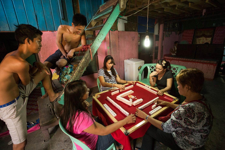 Les tantes d'Eman jouent à une sorte de jeu de dominos philippin