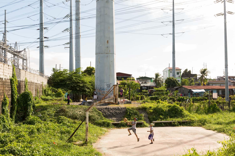 Près de la centrale électrique de Buli, au milieu des pilones, un petit terrain de basquet