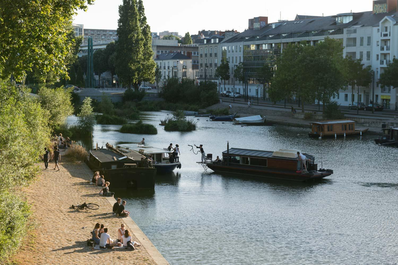 rencontre de bateaux sur les quais, apéritif sur les bords de l'eau