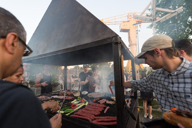 """Les tables et les deux grand barbecues du collectif """"Fichtre"""" ont été réinstallés à proximité de la grue jaune pour le plus grand plaisir des amateurs de grillades entre amis."""