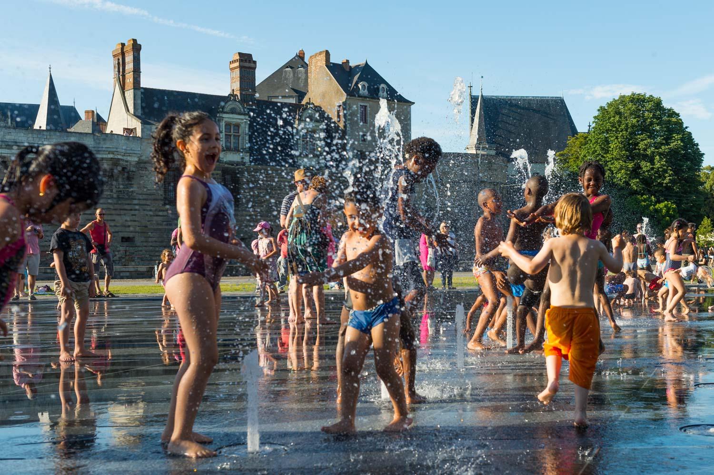 Pendant les vacances d'été et avec la chaleur, ils sont nombreux à venir jouer au mirroir d'eau