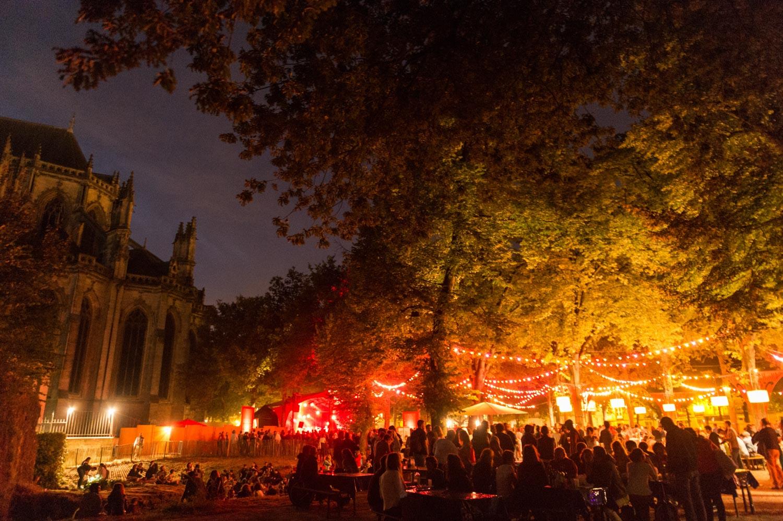 """Bal de clôture du festival """"Aux Heures d'été"""" organisé par l'association culturelle de l'été avec 'Ndiaz (transe bretonne exaltée) et Roda do Cavaco (samba de copains brésiliens)."""