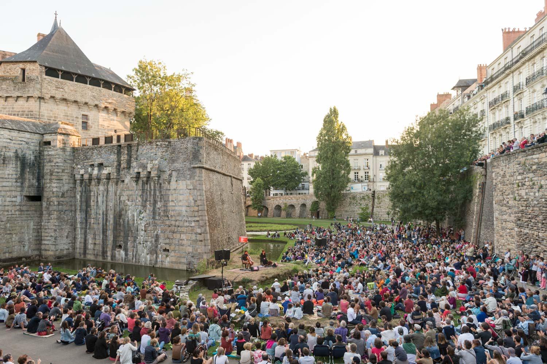 Concert de Redi Hasa & Maria Mazzotta (chants méditerranéens et balkaniques) dans les douves du Château des Ducs de Bretagne, organisé par l'association culturelle de l'été.