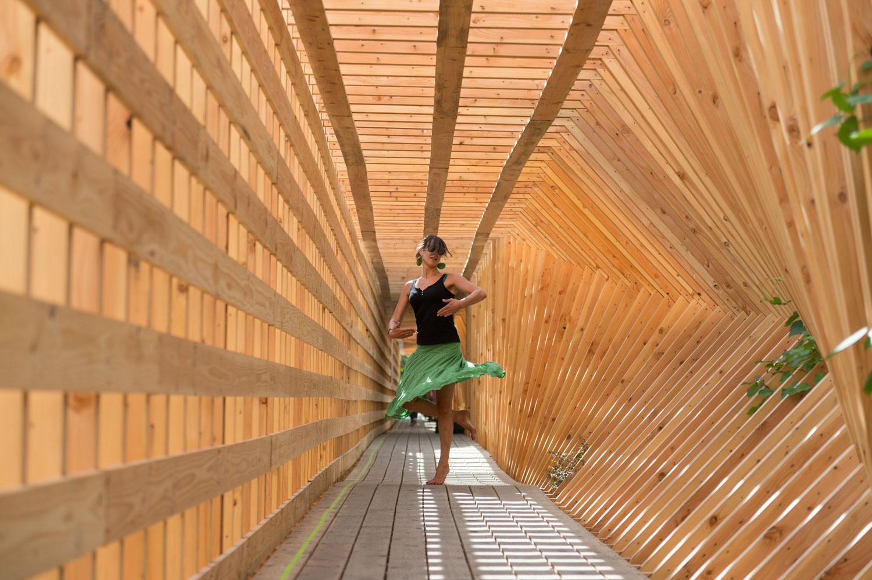 """Oeuvre du Voyage à Nantes (VAN) rue de la Tour d'Auvergne. Pour accompagner le chantier d'un nouveau bâtiment , l'Atelier Vecteur réalise """"Oscillation"""", une imposante palissade à expérimenter."""