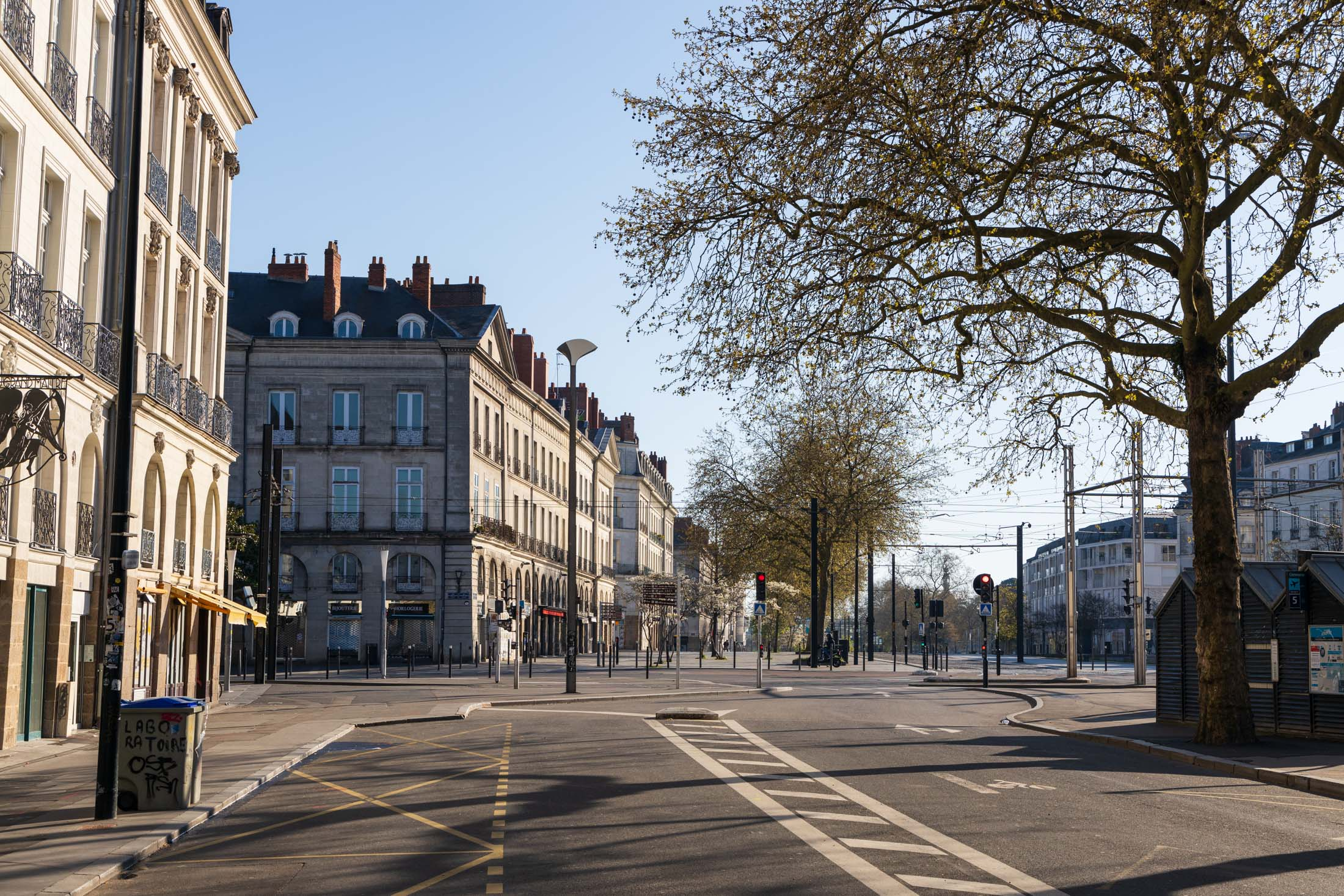 Streets of Nantes are empty, such as here at Commerce. Nantes, France - March 25th 2020.Les rues de Nantes sont vides, comme ici à Commerce. Nantes, France - 25 mars 2020.