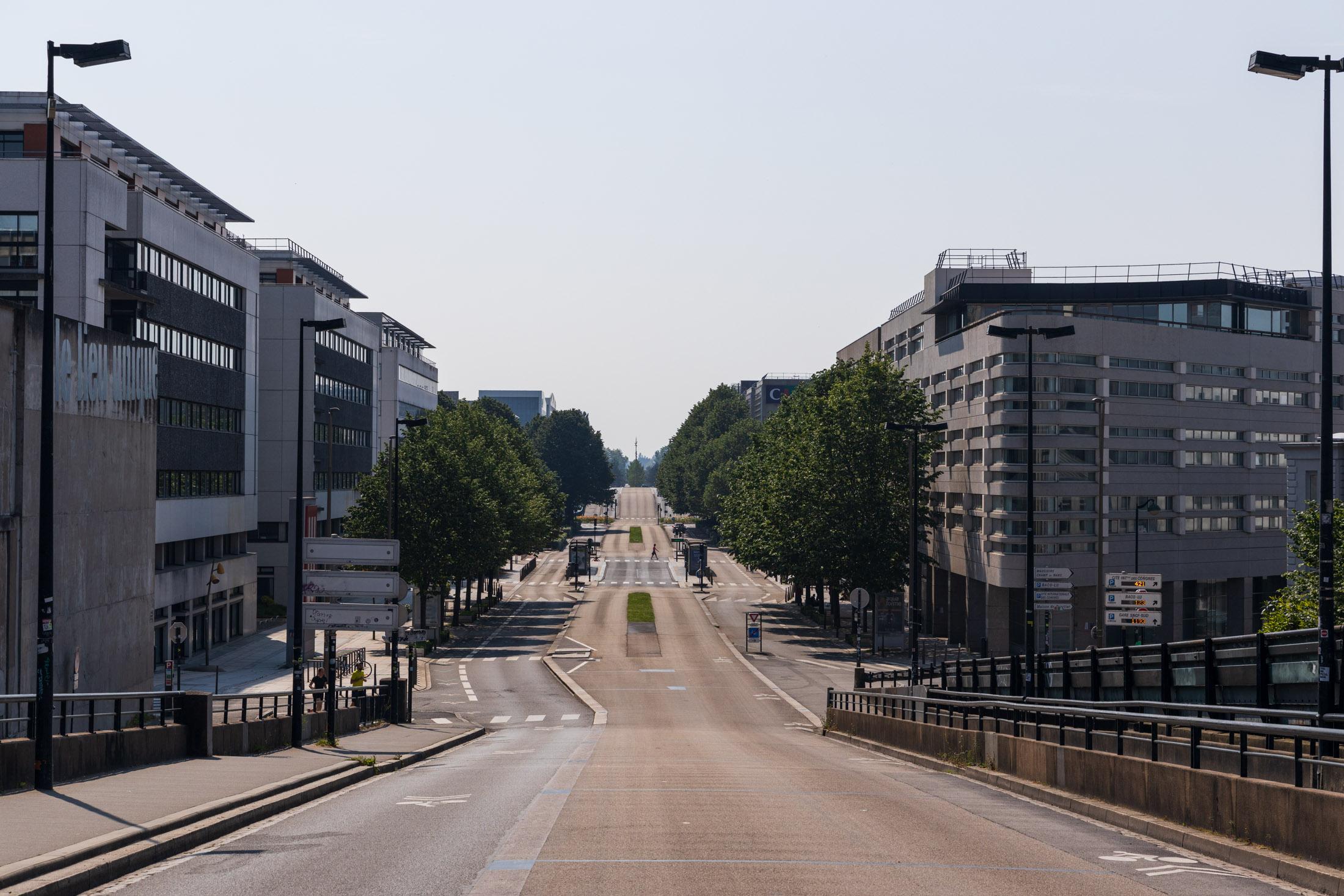 Carnot avenue is empty of all its traffic. Nantes, France - April 26th 2020.L'avenue Carnot vide de son trafic routier. Nantes, France - 26 avril 2020.