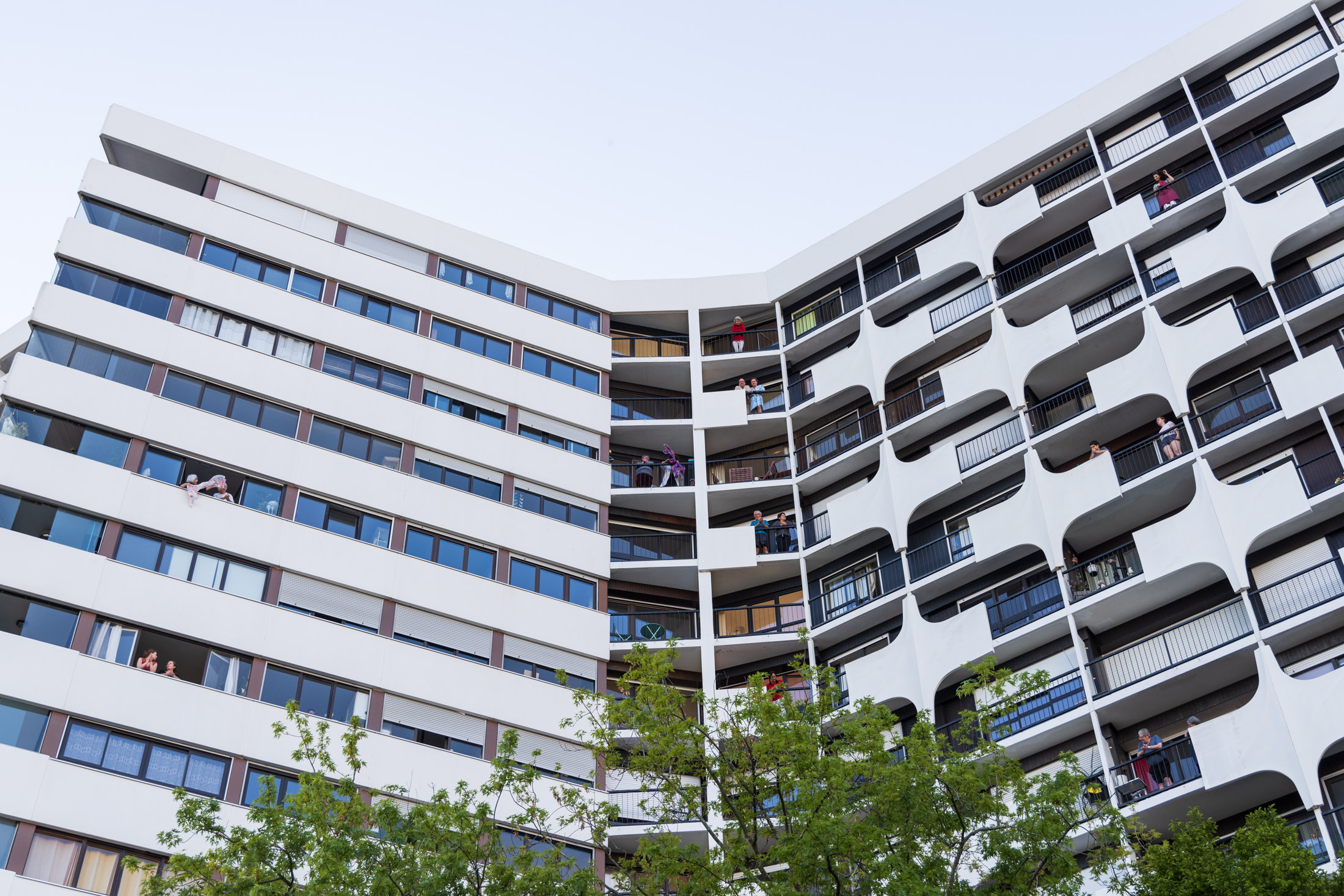 Everyday at 8 pm people are applauding from their windows and balconies to thank the medical staff. Nantes, France - April 22nd 2020.Tous les soirs a 20h, les gens sortent a leurs fenetres et balcons pour applaudir le personnel soignant. Nantes, France - 22 avril 2020.