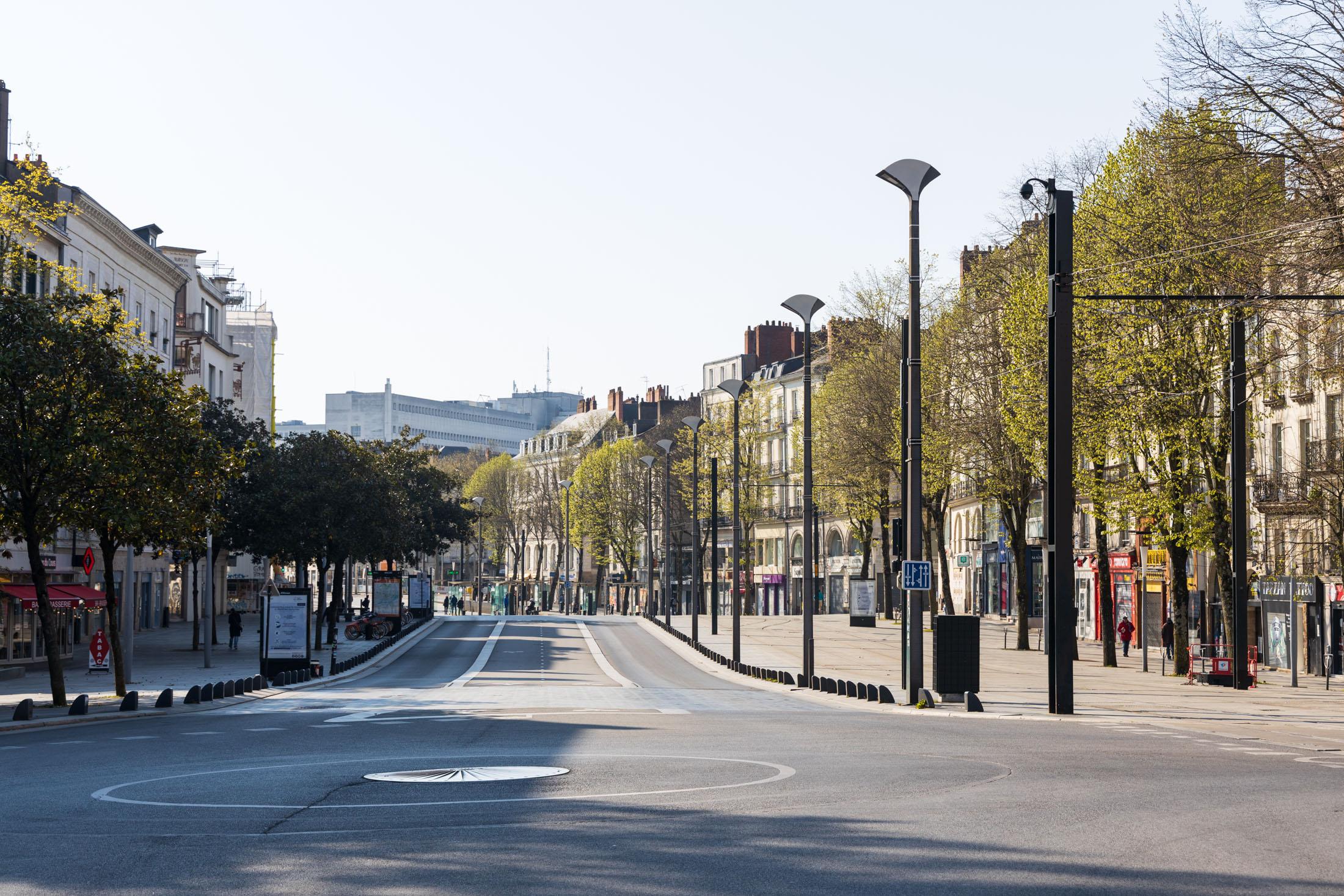 Cours des 50 otages avenue is almost empty. Nantes, France - April 2nd 2020.Le cours des 50 otages est presque vide. Nantes, France - 2 avril 2020.